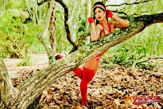 Aline Riscado em ensaio fotográfico retrô (Foto: Davi Borges/Luana Safire/Divulgação)