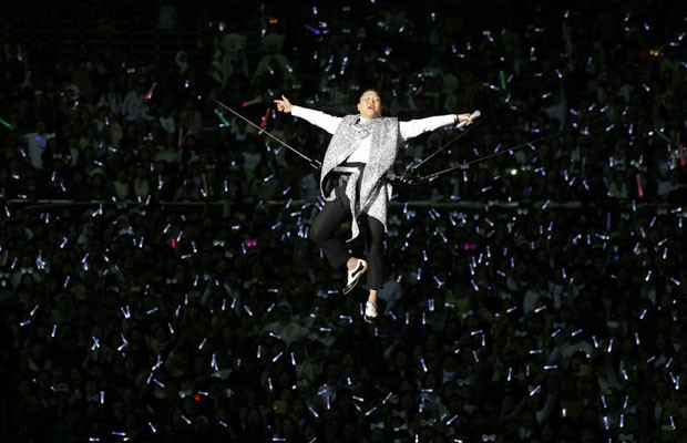 """O cantor sul-coreano Psy, no show em que lançou """"Gentleman"""", novo single após o megasucesso """"Gangnan Style"""" (Foto: Lee Jae Won/Reuters)"""