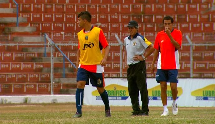 Roberto Oliveira comanda treino do São Carlos (Foto: Marlon Tavoni/ EPTV)