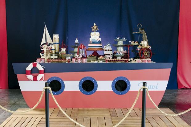 A mesa da festa foi montada como se fosse um barco atracado no cais. (Foto: Elisa Mendes/GNT)