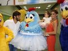 Deborah Secco faz festa da Galinha Pintadinha para a filha no Rio