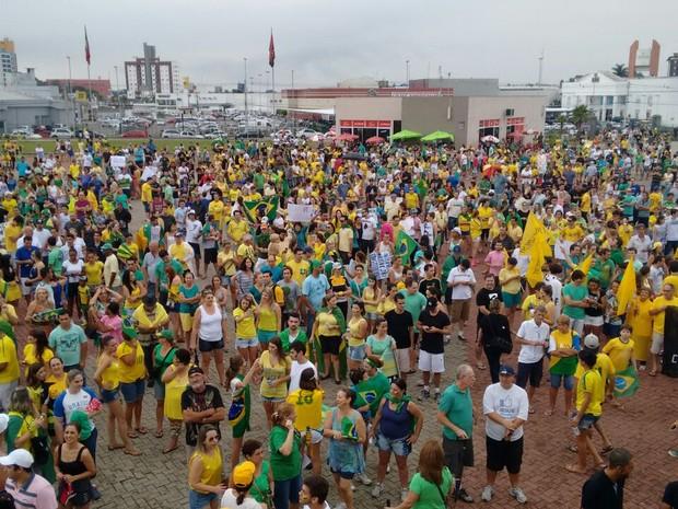 Protesto em Criciúma (Foto: Denise de Medeiros/RBS TV)