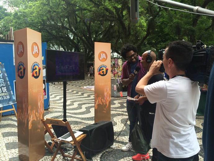 Pessoas relembram shows marcantes da história de 20 anos do festival (Foto: Aline Cornely / RBS TV)