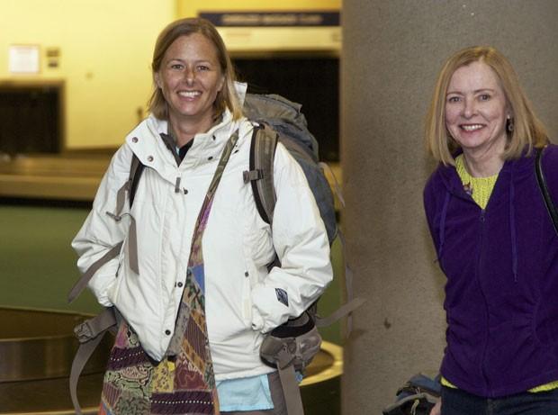 Stacey Addison (à esquerda) é recebida por sua mãe ao chegar a Portland, nos EUA, após passar dois meses presa no Timor Leste e outros quatro impedida de deixar o país (Foto: Steve Dipaola/Reuters)