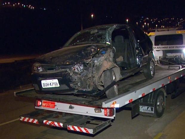 Mulher fica ferida após carro ser atingido por trator em Varginha (Foto: Reprodução EPTV)