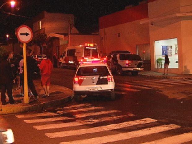 O homem preso depois do cerco policial na rua.  (Foto: reprodução/TV Tem)