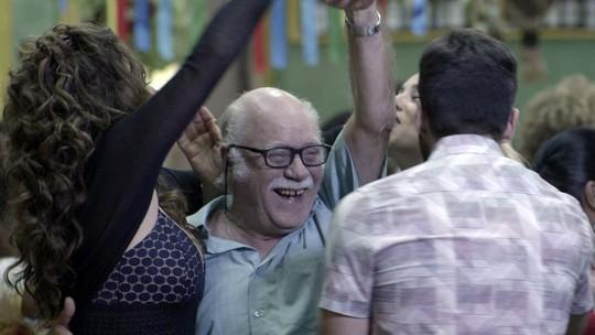 Abel se recusa a dançar com Edinalva na sua festa de aniversário