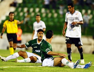 Ronaldo e Fumagalli lamentam chance perdida durante o jogo Guarani x ASA (Foto: Marcos Ribolli / Globoesporte.com)