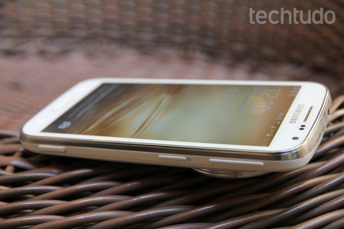 Galaxy K Zoom tem espessura de 16,6 mm (Foto: Tainah Tavares/TechTudo)