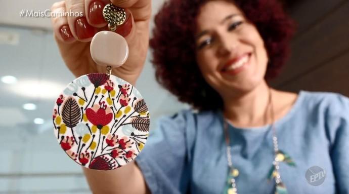 A designer de acessórios Danny Aguiar, produz brincos, colares e pulseiras, a partir de materiais reapoveitados (Foto: reprodução EPTV)