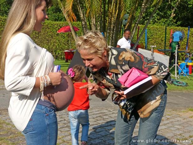 Xuxa conversa com os bebês na barriga da Xiquitita (Foto: TV Globo / TV Xuxa)