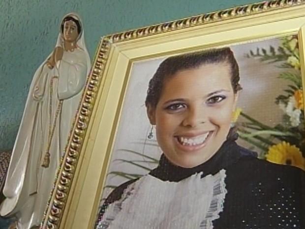 Foto de Helen está na estante da sala da casa dos pais (Foto: Arquivo familiar)