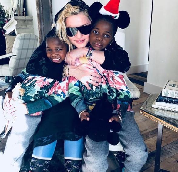 """Madonna com as gêmeas Ester e Stella, no Natal: """"Dois presentes que a vida me deu"""" (Foto: Reprodução/ Instagram)"""