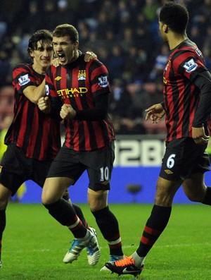 Dzeko comemora gol do Manchester City sobre o Wigan (Foto: AFP)