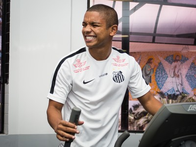David Braz segue se recuperando no departamento médico do Santos (Foto: Ricardo Saibun/Santos FC)