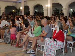 Público acompanha mesa de debate (Foto: Ida Sandes/G1)