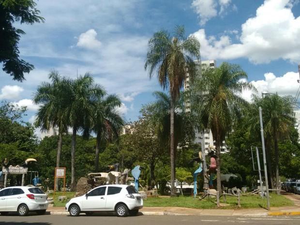 Sol, calor e céu entre nuvens na manhã desta quarta-feira, em Campo Grande (Foto: Marcos Ribeiro/ TV Morena)