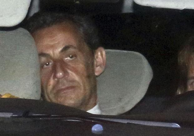 O ex-presidente francês Nicolas Sarkozy chega a unidade de investigação em Paris para ser indiciado na noite desta segunda-feira (1º)  (Foto: Pascal Rossignol/AFP)