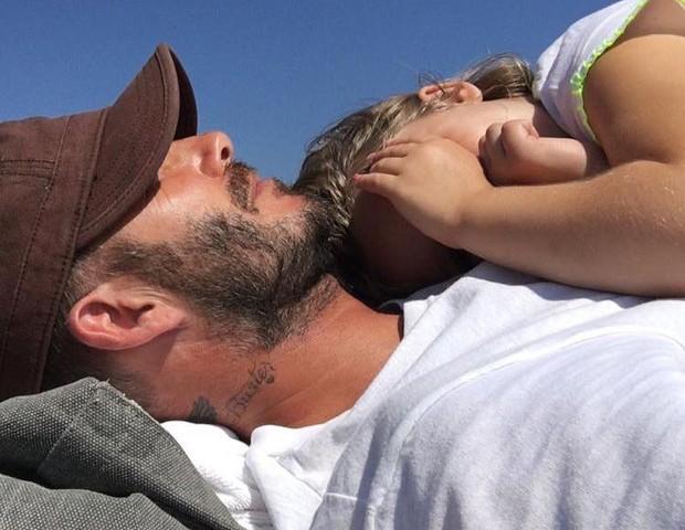 David Beckham com a filha Harper no colo (Foto: Reprodução/Instagram)