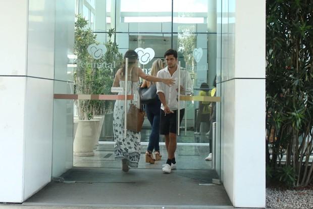 Bruno Gissoni e Yanna Lavigne deixam maternidade com Madalena (Foto: Daniel Pinheiro/AgNews)