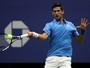Djokovic sente dores, leva susto, mas vence polonês e avança à 2ª rodada