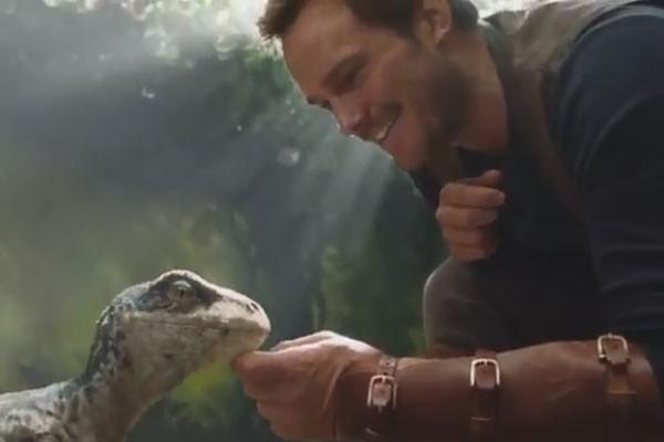 Chris Pratt acaricia bebê dinossauro em primeiro teaser de Jurassic World - O Reino Está Ameaçado (Foto: Reprodução)