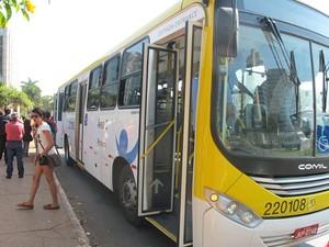 Ônibus da Viação Pioneira quebrado em parada da W3 Norte, em Brasília (Foto: Lucas Salomão/G1)