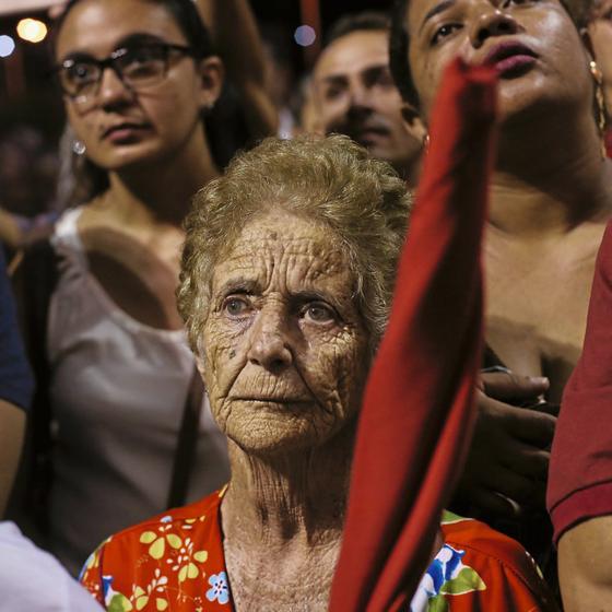 Mulher assiste a discurso em Ouricuri (PE) (Foto: Adriano Machado/ÉPOCA)