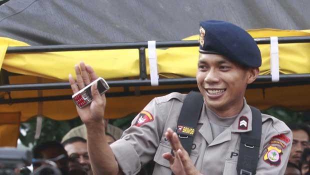 Em 2011, a polícia da Indonésia demitiu Norman Kamaru, o 'policial cantor' que ficou famoso por suas performances na internet. A polícia tornou Norman uma espécie de 'mascote' para melhorar a imagem da instituição, mas ele acabou faltando ao trabalho durante 85 dias para tentar uma carreira artística e foi demitido (Foto: AFP)