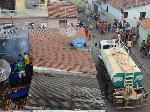 Fogo atingiu casa na tarde de terça-feira (23) (Foto: Lay Amorim/ Brumado Notícias)