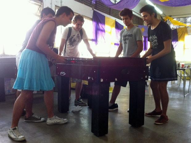 Estudantes disputam partida de pebolim no Centro Acadêmico da Escola de Comunicações e Artes da USP (Foto: Ana Carolina Moreno/G1)
