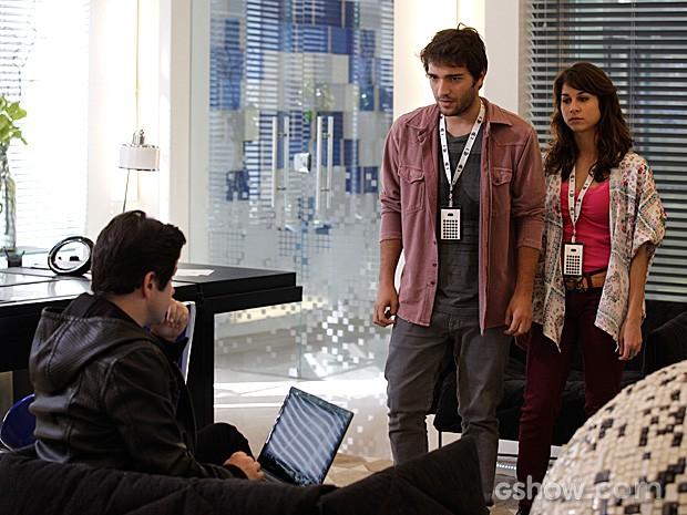 Inconformado, Davi vai até a sala de Jonas para denunciar Bóris (Foto: Raphael Dias / TV Globo)