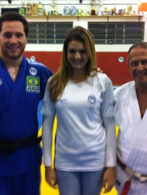Ainê Schmidt (centro) é a nova atleta do Pinheiros (Foto: Divulgação)