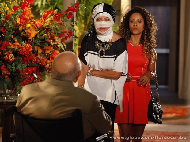Guiomar chega com Nicole na casa do Dionísio (Foto: Flor do Caribe/ TV Globo)