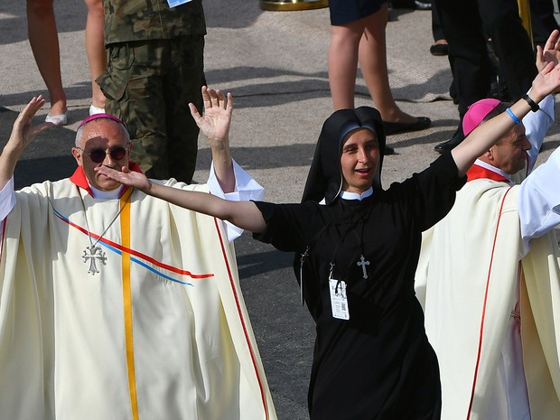 Freira celebra a chegada do papa Francisco ao Campus da Misericórdia, em Cracóvia, onde Francisco celebrou a missa de encerramento da Jornada Mundial da Juventude neste domingo (31)  (Foto: Filippo Monteforte/AFP)