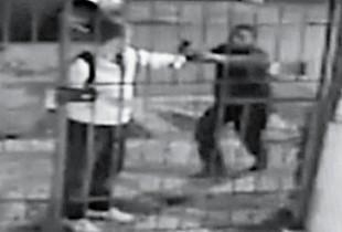 QUEM FOI PUNIDO? Imagem de câmera de segurança que revela o instante exato em que o jovem Victor Hugo Deppman era alvejado pelo disparo de um menor que completou 18 anos três dias depois (Foto: Reprodução)