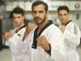 Atleta Marcos Gonçalves dá aula de taekwondo para modelos