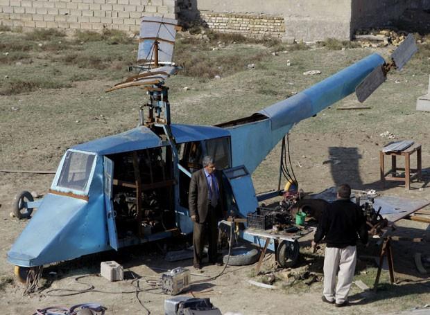 Hatim Kadim Salman, de 59 anos, construiu um helicóptero caseiro em Muqdadiyah. (Foto: Khalid Mohammed/AP)