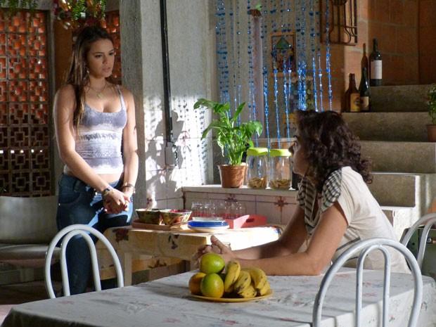 Lurdinha diz para Delzuite que Aisha vem ao Brasil (Foto: Salve Jorge/ TV Globo)