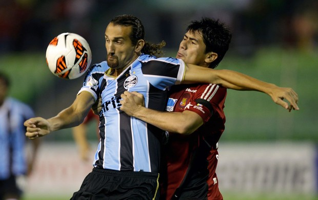 Barcos do Grêmio e Andres Sanchez do Caracas (Foto: AP)