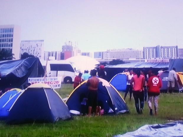 Tendas montadas por integrante da Frente Nacional de Luta de indígenas no gramado do Congresso Nacionaç (Foto: TV Globo/Reprodução)