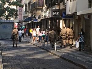 Agentes patrulhavam a pé as ruas do Centro do Rio neste sábado (2) (Foto: Mariana Cardoso/G1)