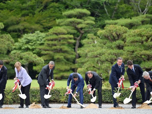 Líderes do G7 plantam árvores no Japão (Foto: Stephane de Sakutini/AFP)