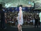 Paloma Bernardi usa vestido nude cheio de bordado em noite de samba