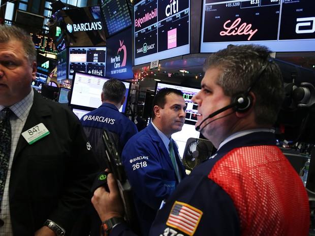 Operadores trabalham em Wall Street em dia de anúncio do Fed, nesta quarta-feira (16) (Foto: SPENCER PLATT/GETTY IMAGES NORTH AMERICA/AFP)