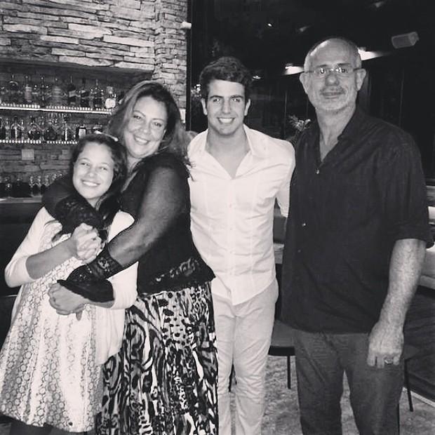 Enzo Celulari com a irnã, Sophia, e os padrinhos em restaurante no Rio (Foto: Instagram/ Reprodução)