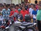 Casal de desempregados fatura em fila enorme para vagas de emprego