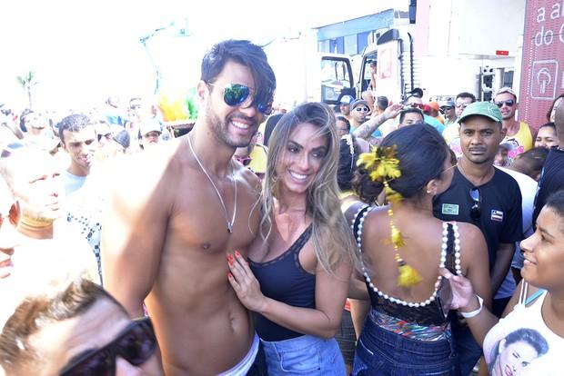 Nicole Bahls e namorado no trio da Ivete em Salvador (Foto: Joilson César / EGO)