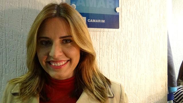 Solange Freitas, repórter da TV Tribuna na porta do Camarim (Foto: Priscila Martinez)