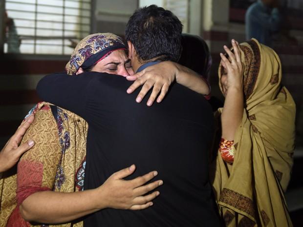Parentes choram por vítima da onda de calor que já matou mais de 120 pessoas no Paquistão (Foto: AFP Photo/Asif Hassan)